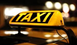 Taxizeichen auf Autodach
