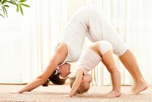 Bild: Mutter macht mit Kleinkind Turnübung