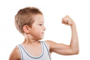 Bild: kleiner Junge zeigt Bizeps