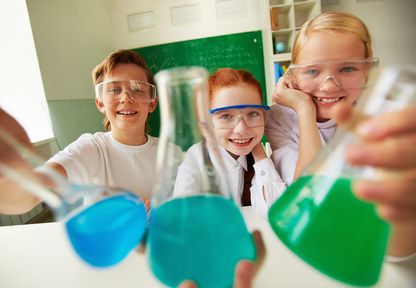 Bild: Kinder im Labor