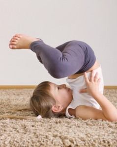 Bild: Kind macht Turnübung