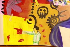 Ein Beispiel für ein Gemeinschafts-Kunstwerk: Eine Leinwand wird mit Bleistift-Linien in verschiedene Segmente geteilt. Ein zentrales Kästchen wird bemalt, die anderen KünstlerInnen suchen sich dann ein anliegendes Kästchen, um nahtlos anschließend daran weiter zu malen.