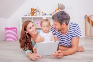 Bild: Eltern mit Kind vor Tablett