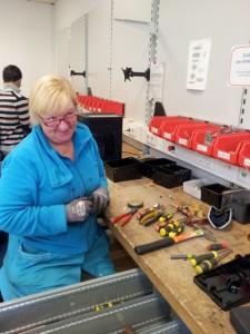 Bild: Frau arbeitet in Werkstatt