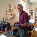 Bild: Mann arbeitet in Werkstatt