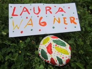 Jedes Kind bemalte einen Stein in den Landesfarben von Togo. Pro Stein spendeten Sponsoren einen Euro für Bildungsprojekte in Togo.