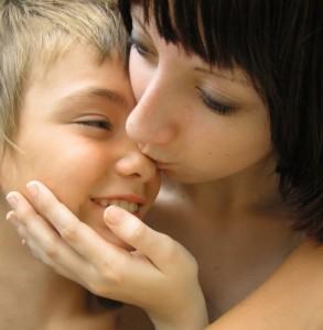 Von Babys bis hin zu alten Menschen - ohne Berührung trocknen wir aus wie eine Pflanze. (Foto:  jutta rotter/pixelio.de )