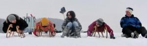 Rodeln geht man im Winter immer gern. Aber warst du schon Outdoor-Bowlen oder hast Schneefußball gespielt?