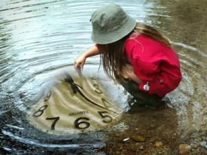 Eine Uhr ist für Kinder sehr abstrakt. Spielerisch können sie aber dennoch den Zeitbegriff lernen. (Foto: momosu/pixelio.de)