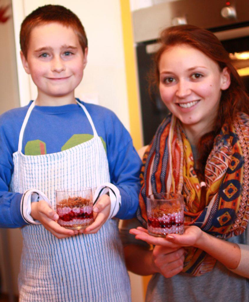 Als Nachtisch gibt es Beeren mit Kokos-Amaranth. Julia, die gerade ein Freiwilliges Soziales Jahr macht, kocht vegan und bringt kreative Ideen in die Linzer Blinden-Wohngruppe.