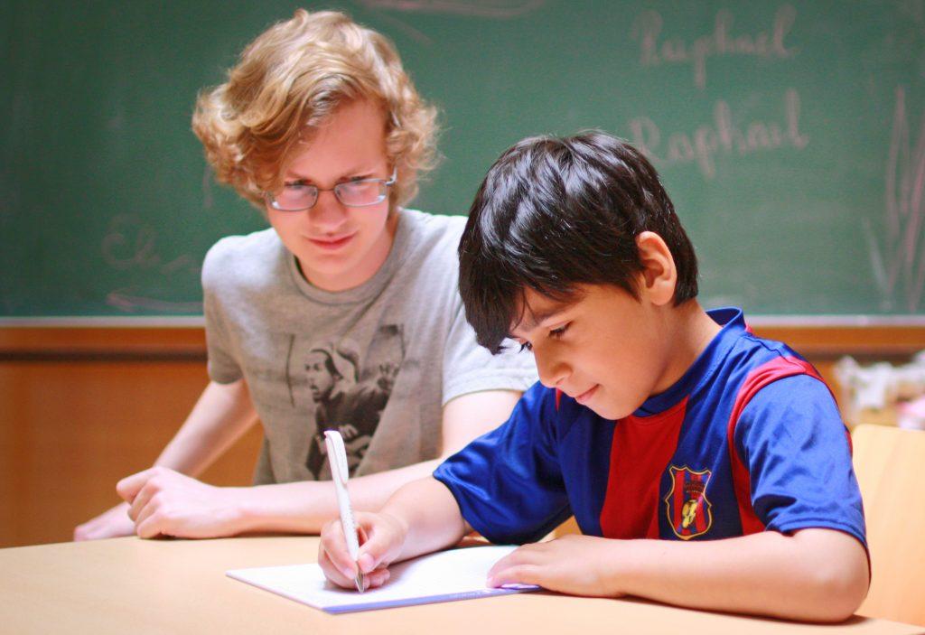 Im Lerncafé erhalten Kinder und Jugendliche an mehreren Nachmittagen pro Woche schulische Unterstützung. (Foto: Caritas)