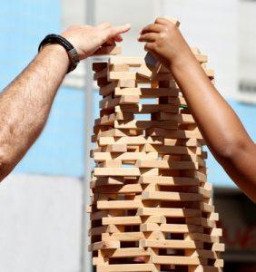 Arbeitet man mit Kindern gemeinsam mit Holz-Bausteinen, bekommen sie ein besseres Gefühl für Statik und Geometrie. (Foto: web_R_B/www.helenesouza.com/pixelio.de)