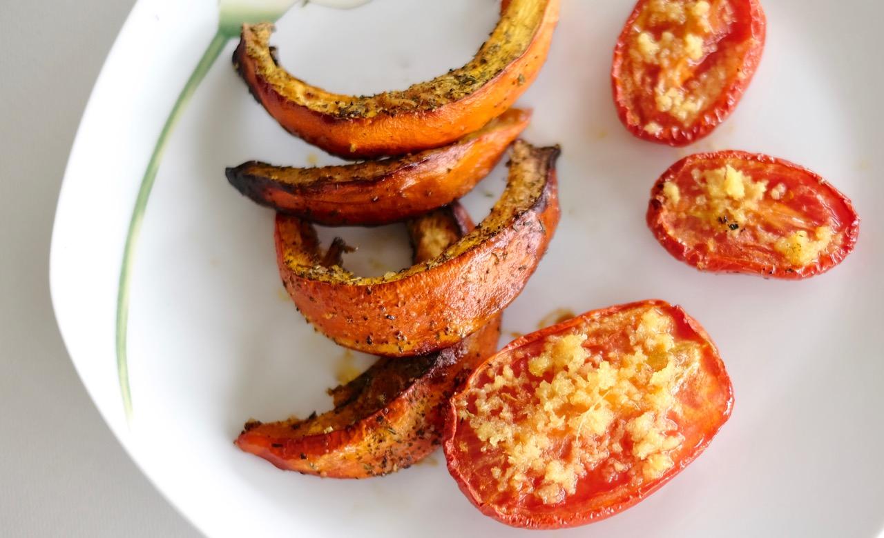 Gebackener Kürbis mit Ingwer-Tomaten
