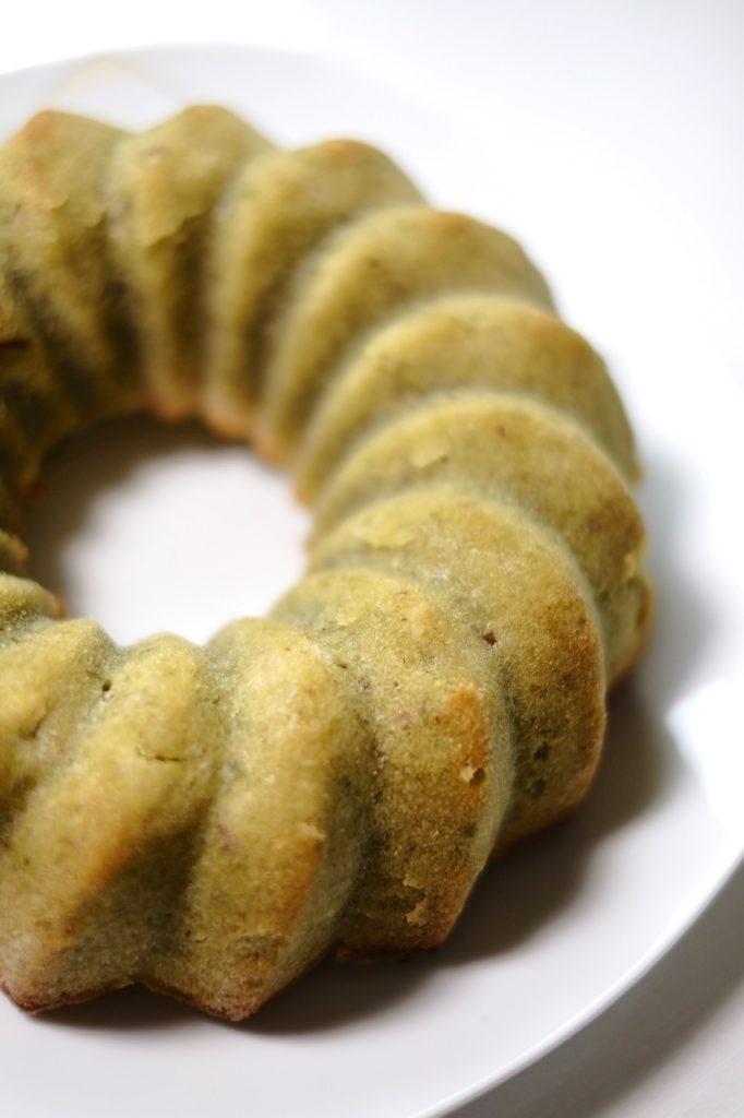 Grün, aber nicht giftig - der Matcha-Guglhupf ist eine Abwechslung zur Schokolade am Sonntagstisch.