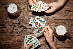 Modeerscheinung Fingerspinner oder klassische Schnapskarten - auch eine Frage der Marktwirtschaft. Foto: Fotolia/Thomas Söllner