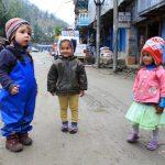 Mit Familie wandernd in fremde Kulturen eintauchen