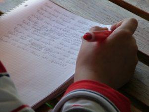 Ab Schuleintritt verbringen Kinder den Großteil ihrer Zeit sitzend. Damit erhöhen sich zahlreiche Krankheitsrisiken. (Foto: schemmi / pixelio.de)