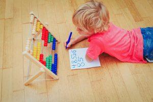 In der Mehrstufenklasse wird viel mit Lernspielen gelernt. Foto: Fotolia/nadezhda1906