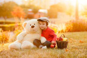 Der Lieblingsbär ist für Kinder mit Gold nicht aufzuwiegen. Basteln und bewusstes Wahrnehmen von Besitz bringt Kindern den Wert der Dinge näher. Foto: Fotolia/Tomsickova