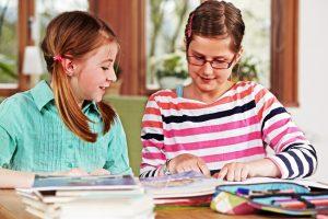 In Mehrstufenklassen sollen SchülerInnen verschiedener Schulstufen voneinander lernen. Foto: Fotolia/Ingo Bartussek