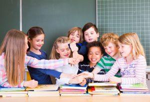 Ein neunjähriger Schüler erzählt über seinen Alltag in einer Mehrstufenklasse. Foto: Fotolia/drubig photo