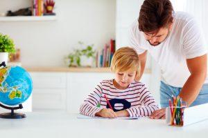 Klare Strukturen und Transparenz im Hinblick auf didaktische Methoden tragen zum Vertrauen der Eltern in den jahrgangsübergreifenden Unterricht bei. Foto: Fotolia/Olisei Bilkei