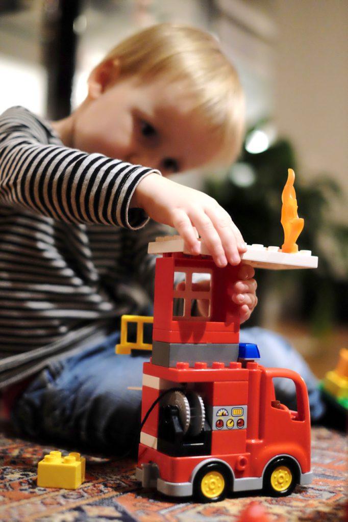 """Im Spiel können Kinder mit """"Freude an der Anstrengung"""" Fertigkeiten erwerben. Gleichzeitig sind Spiele zweckfreie Räume für Möglichkeiten."""