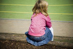 """Sofie sitzt immer nur alleine da - mit ihrer starken Schüchternheit steht sie sich oft selbst im Weg. Was Eltern tun können, um ihr Kind zu unterstützen, erläutert das Buch """"Kleine Schritte - große Wirkung""""."""