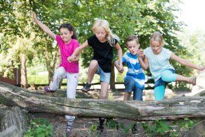 Eine natur-nahe Gestaltung des Spielplatzes ermöglicht Kindern eine Vielzahl an motorischen und sinnlichen Erfahrungen. Foto: Fotolia/Christian Schwier