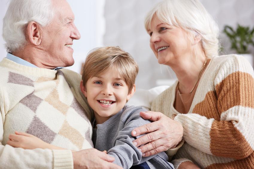 Kinder lieben es, wenn die Großeltern von früher erzählen. Foto: Fotolia/photographee.eu