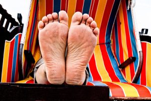 Die Ferienzeit muss nicht immer voll ausgeplant sein. Mal die Füße hochzulagern und sich treiben zu lassen ist für die kindliche Entwicklung immens wichtig. (Foto: Michael Ermel / pixelio.de)