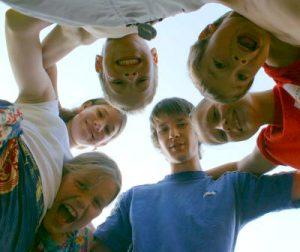 In der Vorbereitung können Eltern viel tun, um das Heimweh auf dem Ferienlager zu verringern. (Foto: S. Hofschlaeger / pixelio.de)