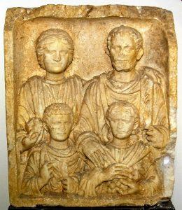 Familiengrabstein im MuseumLauriacum (Foto: Hemmers-Traxler)