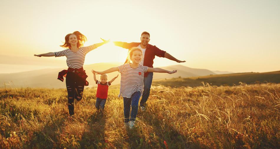 Mehr Gemeinschaft, Natur, Wissen, Achtsamkeit und Liebe sind nur einige der vielen Zutaten für die Slow Family. Foto: Fotolia/JenkoAtaman