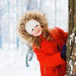 Spiele im Winterwald